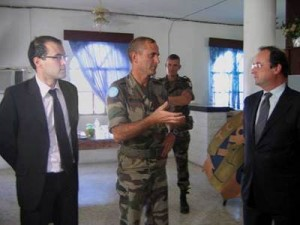 Entouré par François Hollande et Gwendal Rouillard, le lieutenant colonel de Cevins, chef de corps du bataillon de 900 soldats en charge de la région de Bint Jbeil, au sud du Liban.
